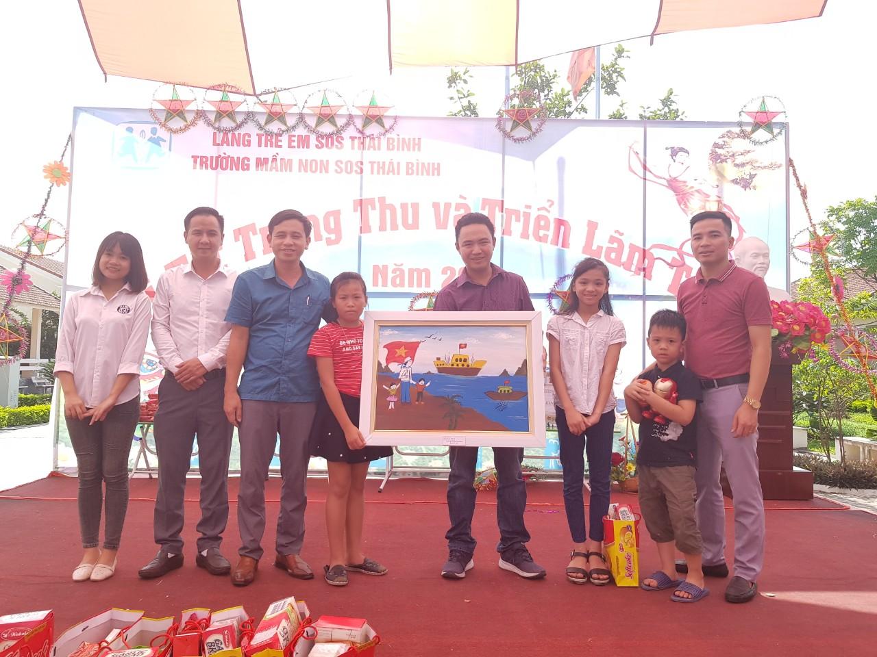 Ban lãnh đạo công ty TNHH Bông Thái Bình tới thăm và tặng quà trung thu cho các bé tại làng trẻ SOS Thái Bình